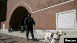 Полиция патрулирует около здания суда, где слушают дело Джохара Царнаева, обвиняемого в организации взрыва в Бостоне. 6 апреля 2015 года.