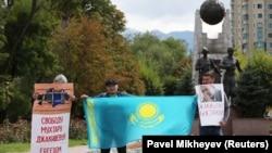 Etirazçılar Mukhtar Dzhakishev-ə azadlıq tələb edirlər, arxiv fotosu