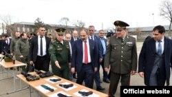 Премьер-министр Армении Никол Пашинян посещает 102-ю российскую военную базу в Гюмри, 5 апреля 2019 г.
