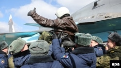 Российские военные встречают пилота российского военного самолета, вернувшегося из авиабазы Хмеймим в Сирии. Воронеж, 15 марта 2016 года.