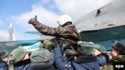 یکی از خلبانهای قوای نظامی روس پس از بازگشت به خاک کشورش مورد استقبال قرار گرفت