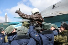Пилота российского Су-34, вернувшегося из Сирии, встречают на авиабазе в Воронеже. 15 марта 2016 года