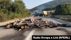 Qytetarët kanë vendosur pengesa të ndryshme në rrugë, me qëllim që të pengojnë vizitën e Vuçiqit