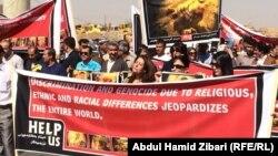 """نشطاء يتظاهرون أمام القنصلية الأميركية في أربيل يطالبون بتقصي مصير أيزيديات مختطفات على يد مسلحي """"داعش"""""""