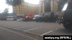 Грузовики Нацгвардии, автобусы и пожарная машина за зданием Казахстанско-британского технического университета, расположенного на площади Астана. Алматы. 12 июня 2019 года.