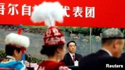 Шинжаң-уйгур автоном районунун партиялык жетекчиси Чэнь Цюаньго (ортодо) Компартиянын курултайында. Бээжин, 19-октябрь, 2017-жыл.