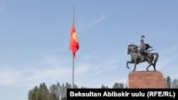 Приспущенный флаг Кыргызстана на главной площади Бишкека «Ала-Тоо». Архивное фото.