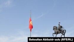 Парчами Қирғизистон дар майдони марказии Бишкек