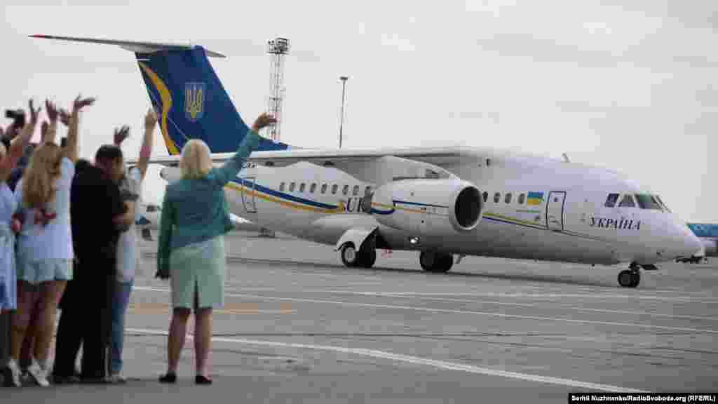 Літак зі звільненими українцями на злітній смузі