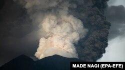 Извержение вулкана Агунг на острове Бали. 27 ноября 2017 года.