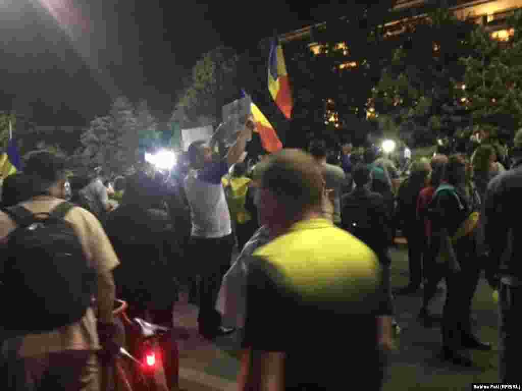 Miercuri noaptea în Piața Victoriei la București...
