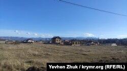 Из мечети видны покрытые снегом вершины Крымских гор