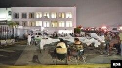 Pacientët dhe personeli mjekësor në një spital në Meksikë qëndrojnë jashtë pas tërmetit të fuqishëm