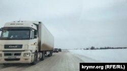 Движение по заснеженной трассе «Таврида» в Крыму – одному из объектов российской ФЦП развития полуострова
