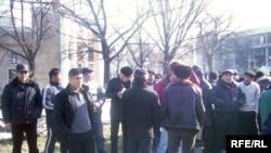 Протест кыргызов, работающих в Казахстане. Бишкек, 1 февраля 2010 года.