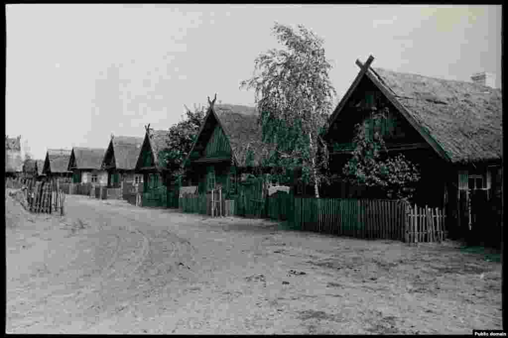 Деревня Городище в Брестской области. Полесские деревни, как правило, находились на большом расстоянии друг от друга, среди лесов и болот. Между ними почти не было дорог, и люди в них жили уединенно, самостоятельно обеспечивая себя всем необходимым.