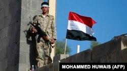 یکی از شبهنظامیان حوثی بر فراز ساختمانی در صنعا