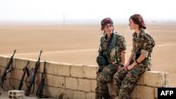 Suriya Demokratik Qüvvələrinin kürd qadın döyüşçüləri Raqqanın 40 kilometrliyində