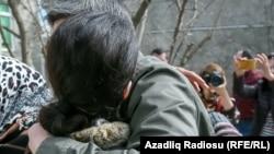 Ana azadlığa çıxan oğlunu həbsxana qarşısında belə qarşılayır, Azərbaycan, arxiv foto