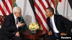 باراک اوباما (راست) رییس جمهوری آمریکا در حال گفت و گو با محمود عباس، رییس تشکیلات خودگردان فلسطینی- سپتامبر سال ۲۰۱۱.