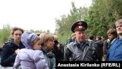 Евгения Чирикова с одним из своих детей на акции в Химкинском лесу, 30 августа 2010