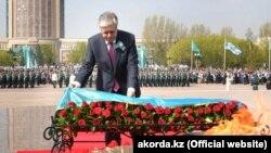 Президент Казахстана Касым-Жомарт Токаев возлагает цветы к монументу «Отан қорғаушылар». Нур-Султан, 9 мая 2019 года.