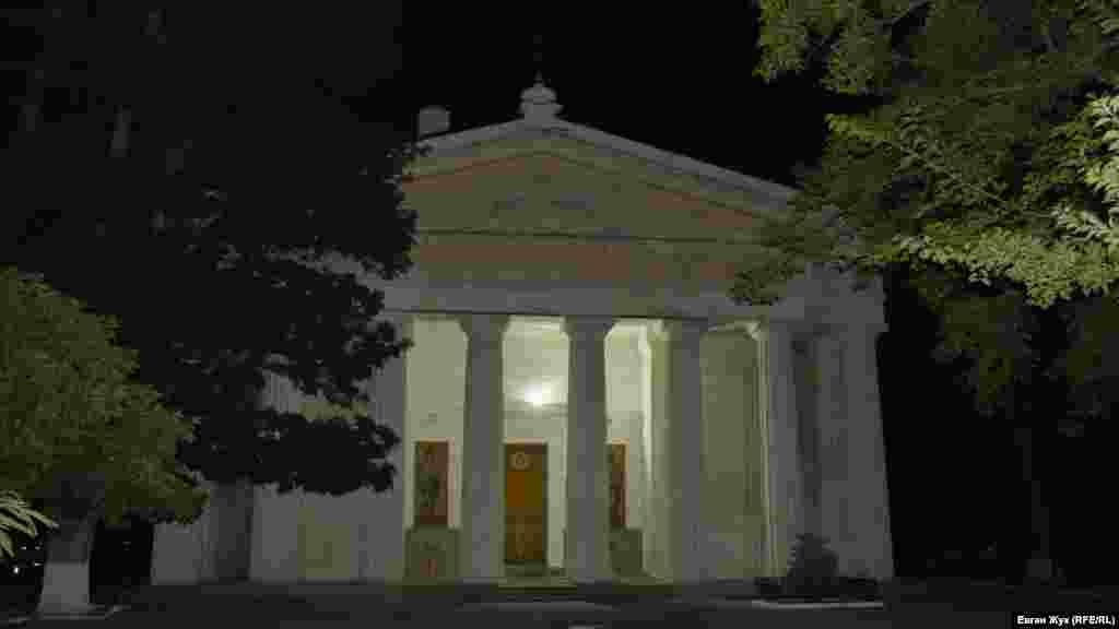 Петропавловский собор – одна из визитных карточек Центрального городского холма. Днем окруженный деревьями собор не разглядеть, а ночью он стоит в кромешной темноте. Единственный источник света – лампочка над главным входом
