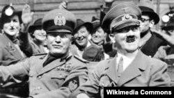 Бэніта Мусаліні (зьлева) і Адольф Гітлер