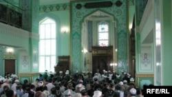 Исламски верници во џамија