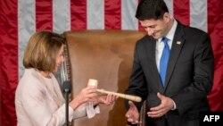 Пол Райан вступает в должность спикера Палаты представителей Конгресса США. Нэнси Пелоси передает ему председательский молоток (архивное фото)