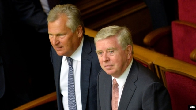 EU envoys Aleksander Kwasniewski (left) and Pat Cox attended the opening ceremony of the parliament's new session in Kyiv in early September.