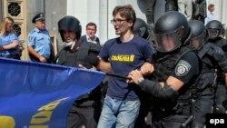 Правоохоронці затримують «свободівця» під час сутичок біля парламенту України, 31 серпня 2015 року