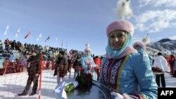 Перед церемонией награждения победителей состязаний по фристайлу в рамках Азиатских игр. Алматинская область, 1 февраля 2011 года.