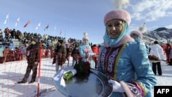 Перед церемонией награждения победителей лыжных состязаний зимней Азиады. Алматы, 1 февраля 2011 года.