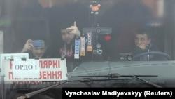 Пророссийские боевики ждут обмена в автобусе