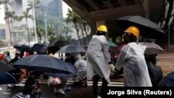 Protestatari mascați și cu umbrele în pofida interdicției oficiale de a purta mască, 6 octombrie 2019