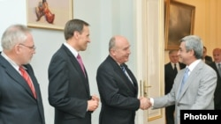 Президент Армении Серж Саргсян приветствует в своей резиденции сопредседателей Минской группы ОБСЕ. Ереван, 9 сентября 2010 г.