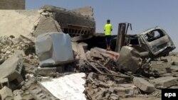 صبي عراقي يتفحص آثار تفجير في الرمادي