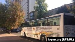 Rusiyede tutulğan Ukraina vatandaşlarınıñ tuvğanları olğan avtobus