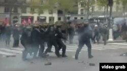 Полиция шеруді тарату үшін көзден жас ағызатын газ шашып тұр. Париж, 29 қараша 2015 жыл.