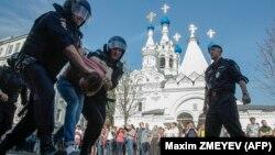 Російська поліція затримує протестувальника на акції, скликаній опозиціонером Олексієм Навальним, Москва, Росія, 5 травня 2018 року