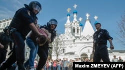 """Полицейские задерживают участника антипутинской акции """"Он нам не царь"""". 5 мая 2018 года."""