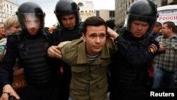 Задержание Ильи Яшина, Москва, Россия, 12 июня 2017 год