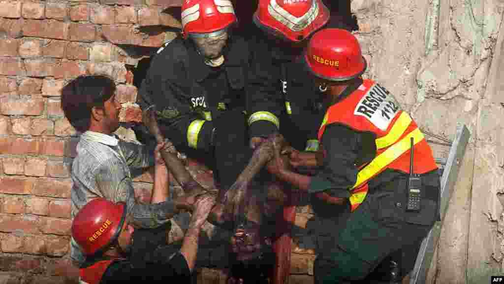 Пакистандын Карачи шаарындагы кездеме фабрикасында өрт чыгып, 300гө жакын киши набыт болуп, 60тан ашууну жараат алды.