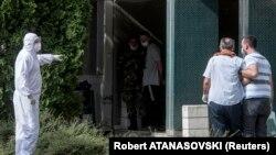 Здравствени работници пренесуваат заболен од коронавирус во болница во Скопје