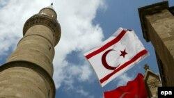 Флаги Турции и самопровозглашенной турецкой республики Северного Кипра в турецкой части Никосии