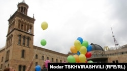 «Мы вас любим!», «Простите!», «Здравствуйте!», «Мама» - записки такого содержания на грузинском, осетинском и абхазском языках были вложены в разноцветные воздушные шарики и запущены в небо в надежде, что рано или поздно они доберутся к своим адресатам