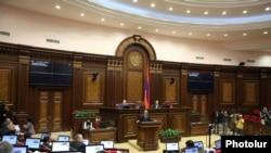 Հովիկ Աբրահամյանը Ազգային ժողովի նիստում ներկայացնում է իր հրաժարականի դիմումը: 14-ը նոյեմբերի 2011 թ.