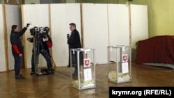 Телевизионщики снимают на камеру ход голосования на «референдуме»