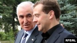 Дар акс: Дмитрий Медведев, нахуствазири Русия бо Леонид Тибилов, раисиҷумҳури Осетияи Ҷанубӣ